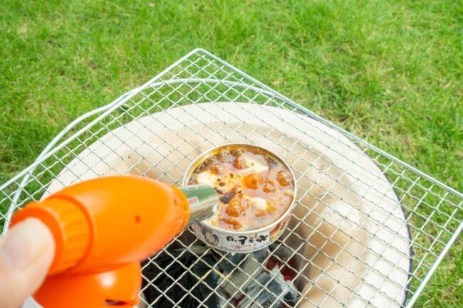 登山、キャンプ、BBQ……ひとりでも美味しいアウトドア飯 「をんなひとりそとごはん」〜vol.5実家の庭でなんか焼いたり炙ったりしながら飲みました、の巻