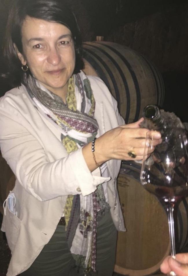 醸造室でワインのテイスティングを行うナタリー